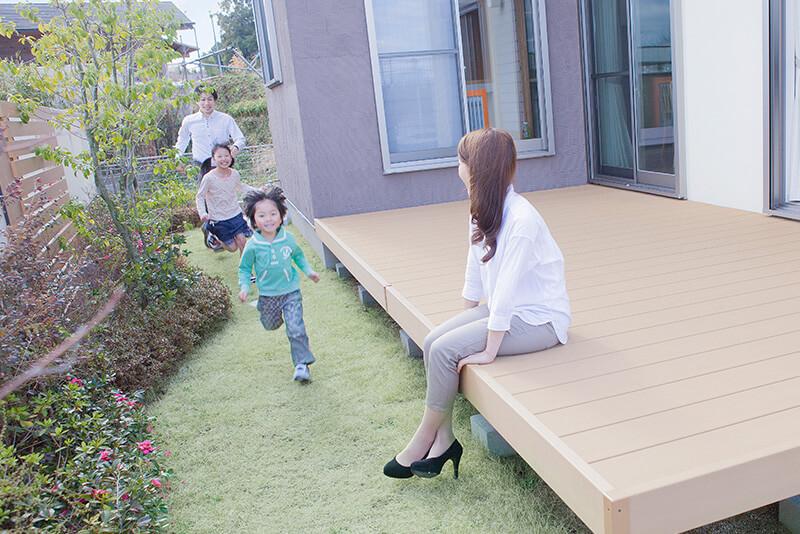 兵庫の平屋住宅のインナーデッキで遊ぶ子供