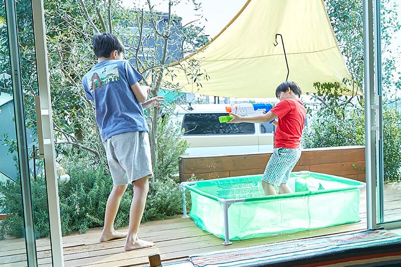 兵庫でウッドデッキのある住宅で水遊び