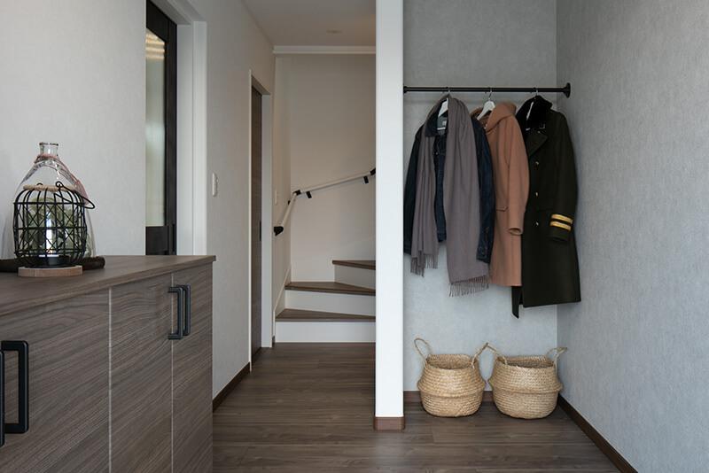 兵庫で二階にリビングがる住宅の玄関コート掛け